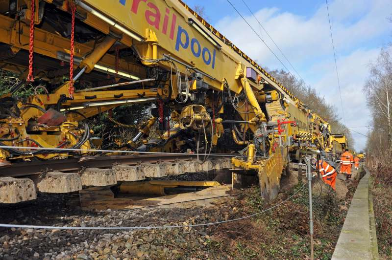 PM 1000 URM: the excavation chain removes ballast and intermediate layers under the lifted track panel to the specified excavation depth.
