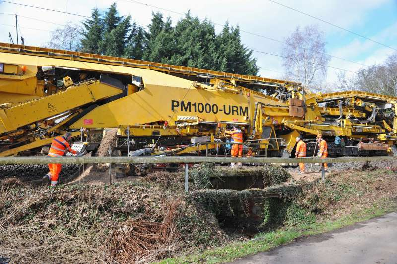 Culverts, small bridges and railings are no problem for ballast cleaning using the PM 1000 URM.