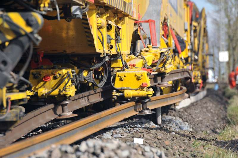 RU 800 S: rail guiding clamps ensure that the long-welded rails are exchanged without damage. The brighter, lower rail is the new one. It is moved from the sleeper ends to the rail fastening.