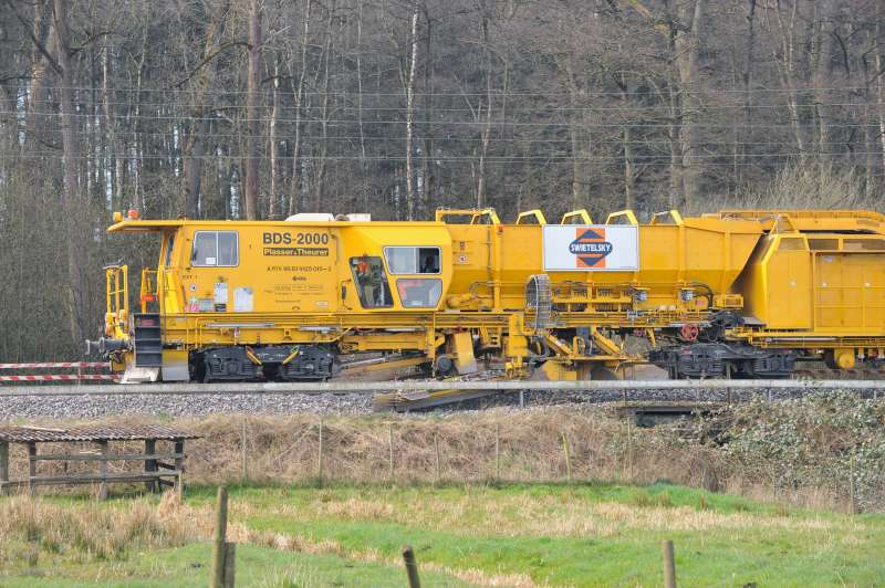 The BDS 2000 picks up surplus ballast from the ballast shoulders, stores it in the integrated hopper and returns it to the track wherever required.