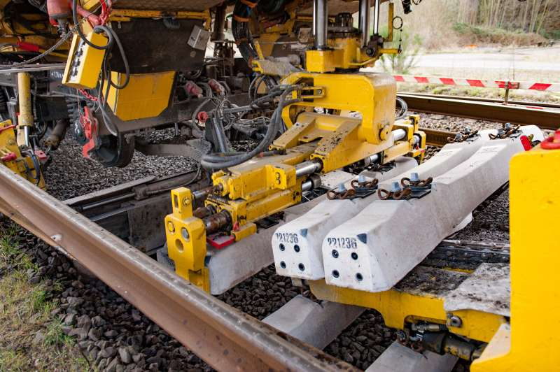 The RU 800 S is laying the new sleepers at the exact intervals required. At the same time, the rails are replaced.