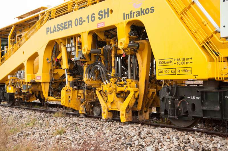 The tamping counter of the Plasser 08-16 SH already shows 500,000 tamping insertions.
