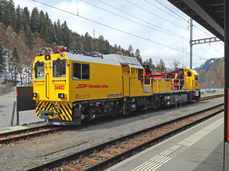 Task sharing: Together with the machine acquired in 2007, the new MTW 24402 is used for the installation, maintenance and repair of malfunctions on the Rhaetian Railway.
