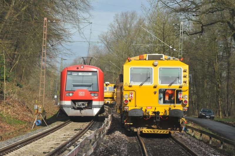 Whilst the 09-4X Dynamic Tamping Express, EM-SAT 120 and BDS 2000 attended to the final geometry of the renewed track, the suburban railway service continues on the adjacent track.