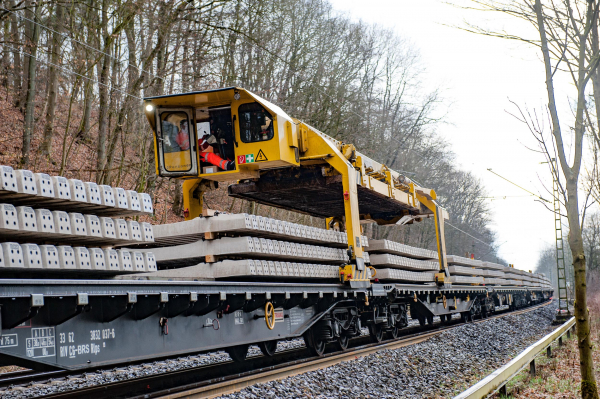 The gantry unit running at the top of the transport wagons can deliver 30 concrete sleepers at a time.