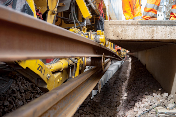 Platform edge up close: it presents no obstacle for the rail guiding clamps of the RU 800 S.
