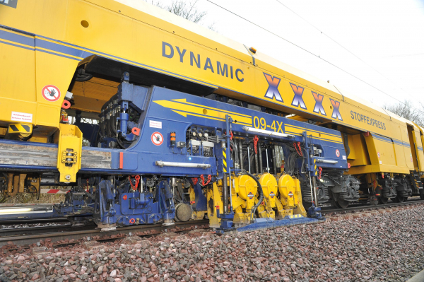 09-4X Dynamic Tamping Express: Top speed and maximum efficiency - the 4-sleeper tamping satellite during work.