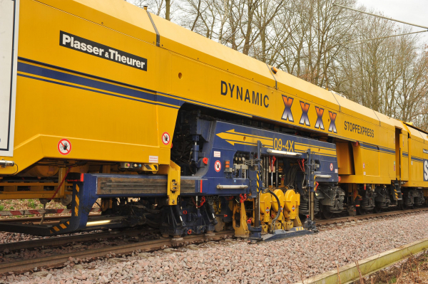 09-4X Dynamic Tamping Express: Top speed and maximum efficiency - the 4-sleeper tamping satellite during work while the entire unit travels forward in continuous motion.