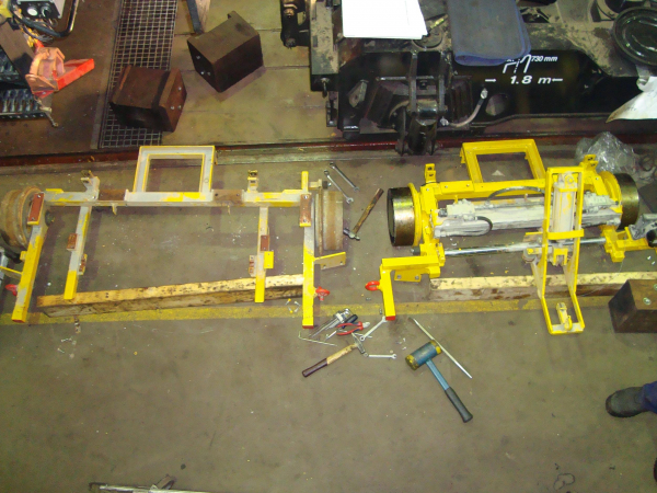Lining trolley and tensioning trolley, left for 1,435 mm and right for 1,000 mm track gauge