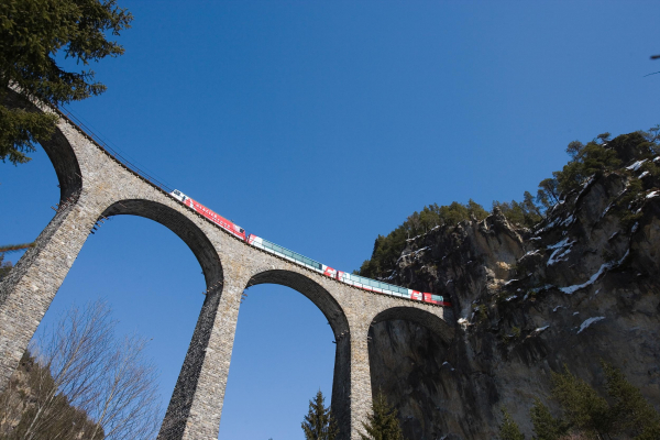 Between the Glacier Express and panoramic trains, a new motor tower car climbs the unique tunnels and viaducts.