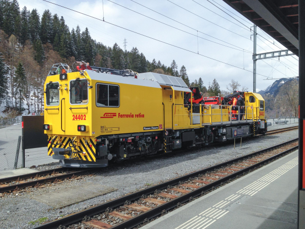 Task sharing: Together with the machine acquired in 2007, the new MTW24402 is used for the installation, maintenance and repair of malfunctions on the Rhaetian Railway.