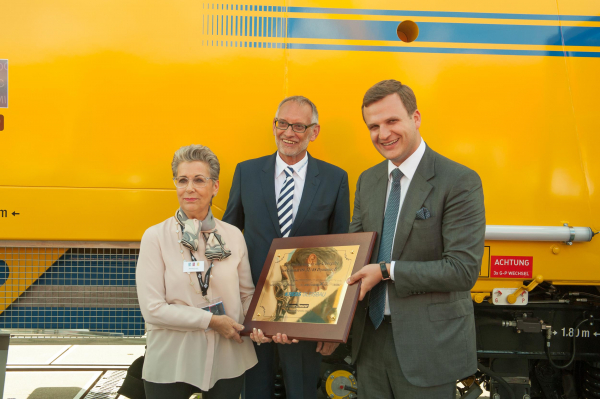At InnoTrans 2016, we presented Krebs Gleisbau AG with the first continuous action universal tamping machine with hybrid drive: (from left to right) Renate Krebs, Klaus Schleider (both with Krebs Gleisbau AG) and Johannes Max-Theurer.