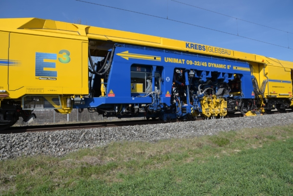 Continuous action plain line tamping and turnout tamping with 3-rail lifting and 4-rail tamping (2-sleeper tamping units in Split Head 4x4 design)