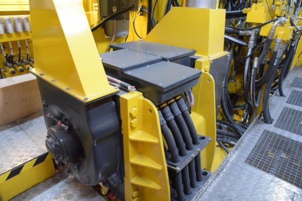 Beide Motoren erzeugen den Hydraulikdruck für alle Systeme, vom Fahrantrieb für Überstell- und Arbeitsfahrt bis zu den Arbeitsaggregaten.