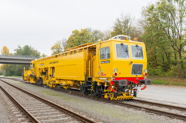 Cyclic action 1-sleeper levelling, lifting, lining and tamping machine with 3-rail lifting and integrated plough and sweeper trailer for plain tracks and turnouts.