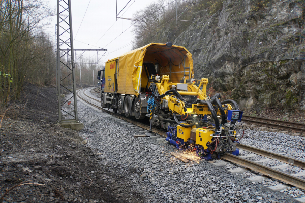 The APT 1500 RL during welding works on new UIC 60 rails in Černotín, Czech Republic