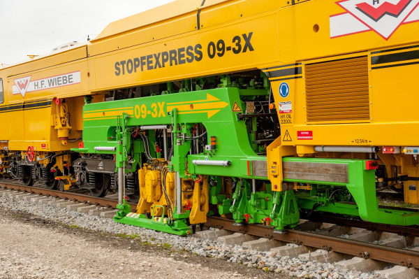 The continuous action 3-sleeper levelling, lifting, lining and tamping machine has become synonymous with top quality track tamping throughout the world