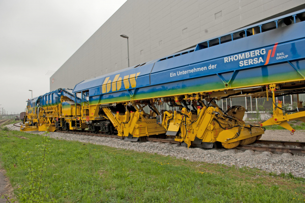 Two sweeper units of the BDS 2000-4 - ballast collection (left), sweeping the tracks and fine sweeping (right)