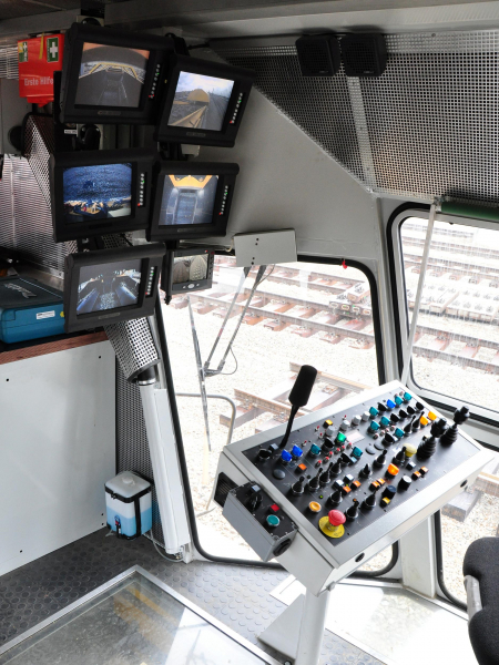 Die Kabine bietet beste Übersicht auf den Arbeitsbereich - die Videoanlage gibt den Blick auf alle relevanten Perspektiven frei.