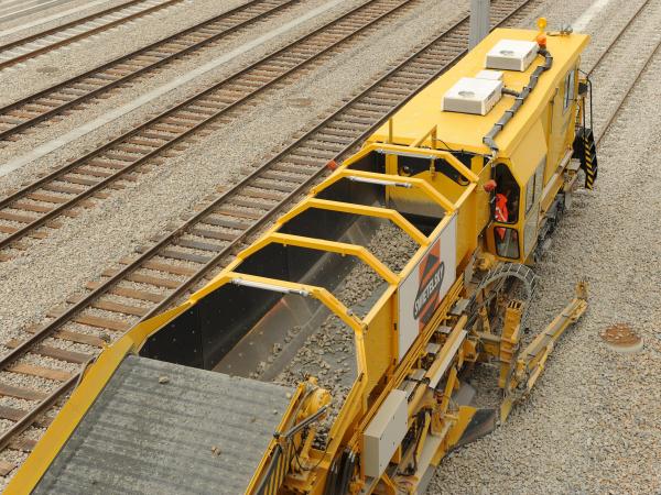 Effiziente Nutzung vorhandener Ressourcen, hohe Arbeitsqualität und hohe Arbeitsgeschwindigkeit: das Schotterbewirtschaftungssystem BDS 2000-4.