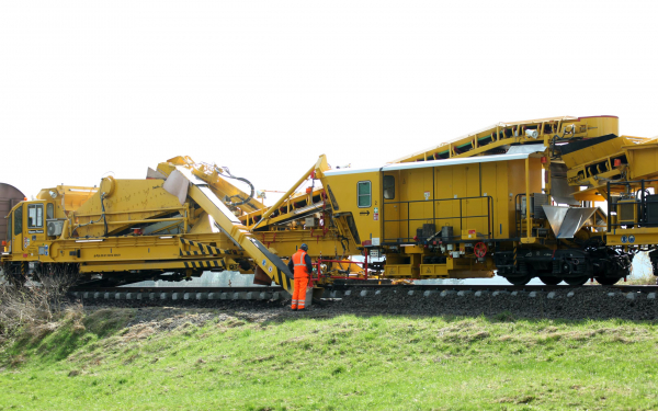 The excavating section of the RM 85-750 with excavating unit and vibrating screening unit.