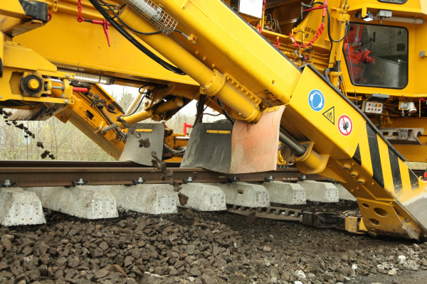 The design of the excavating unit allows excavating the entire width of the ballast bed in one pass.