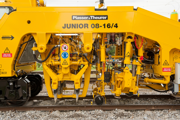 The Split Head tamping units can tamp not only tracks but also entire turnouts and crossings.