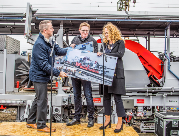 Roman Wiesinger, Plasser & Theurer, presents Joakim Stenquist and Sofia Lind with commemorative plaques to remember the acquisition of their first Plasser & Theurer machine.