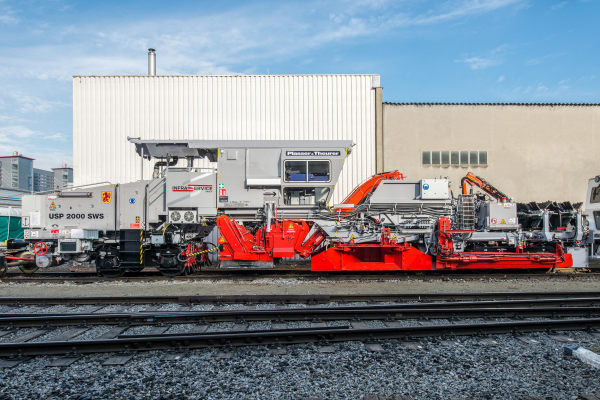 USP 2000 SWS-2 – a ballast profiling machine with shoulder ploughs, centre plough, sweeper unit, ballast hopper and rail fastening brushes