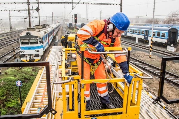 Thanks to the freely moving elevating work platform, the motor tower cars are perfectly prepared for all tasks in the maintenance and repair of overhead lines.