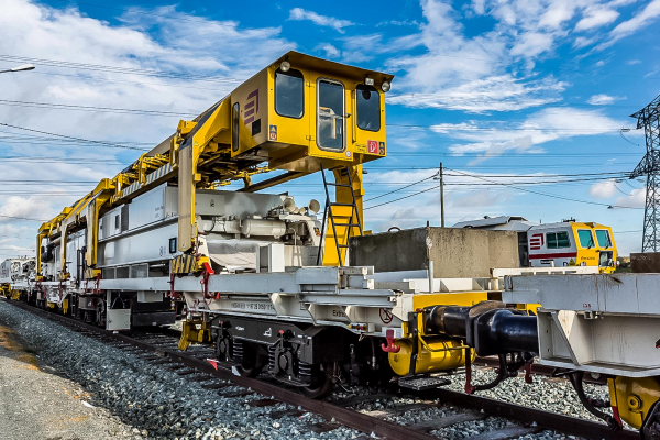 The gantry cranes transport the sleepers from to the wagons to the laying unit of the SMD 80. © Gaël Arnaud/Eiffage