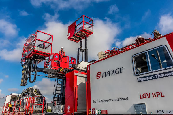 The fully hydraulic column lifting platform consists of three independent work platforms. © Gaël Arnaud/Eiffage