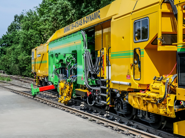 ... the automatic set-up for the start of work, the electric drive of the tamping units and the new assistance system.