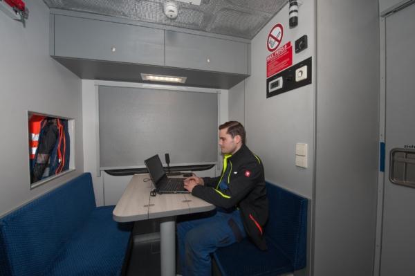 Der integrierte Sozialraum bietet Platz am Tisch für sechs Personen. © DB Netz AG