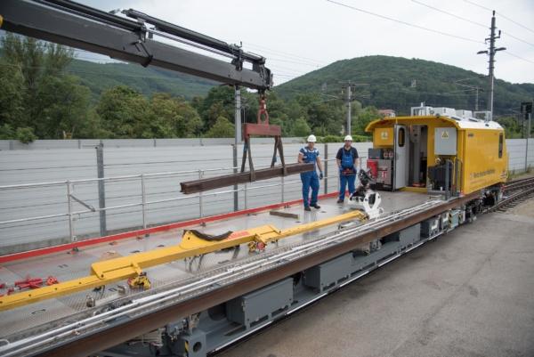 Je nach Aufgabe kann der fernsteuerbare Kran mit einem Arbeitskorb oder mit einem Holzgreifer ausgestattet werden. © DB Netz AG