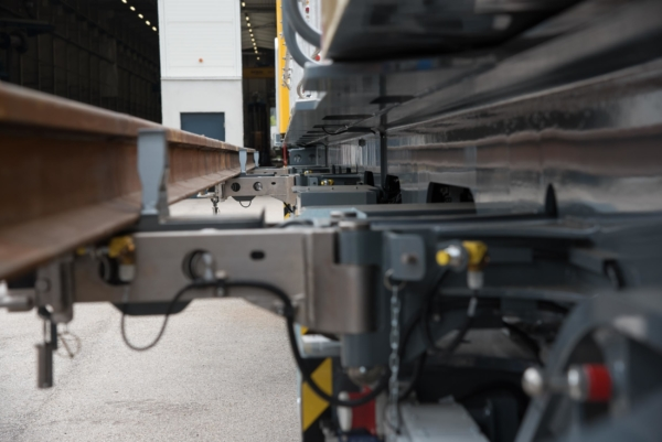 On the side of the GAF main frame, rails of up to 20 m in length can be carried on hydraulic consoles - preventing infringements of the clearance gauge.  © DB Netz AG