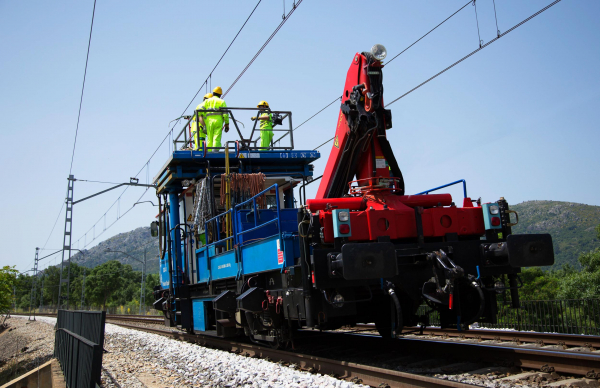 In the picture, the DIC 40 catenary inspection vehicle during operation near Madrid.