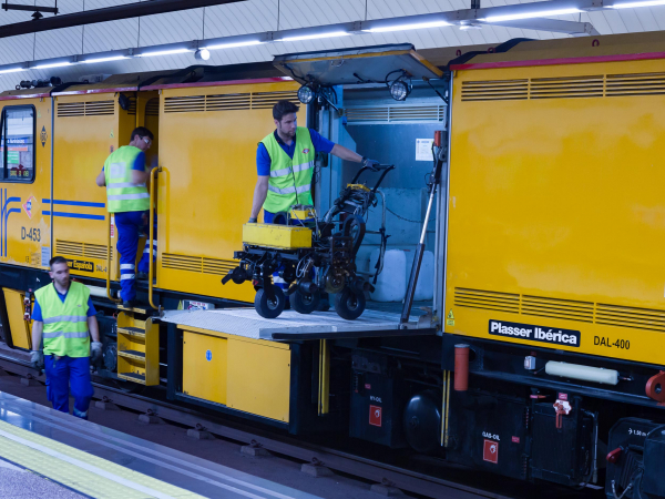 The machines are also used for the installation, maintenance and repair of tracks and contact wires.