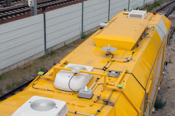 Le système multi-antennes doté de quatre antennes GPS (jaune) sert à déterminer la position GNSS/GPS.
