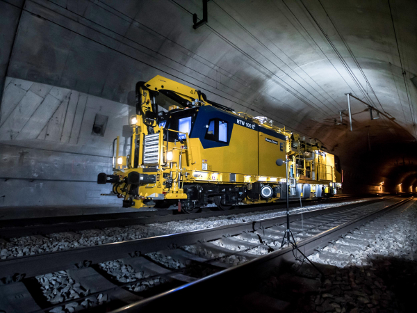 Our HTW 100 E³ is the first intervention vehicle for the overhead line with hybrid drive.