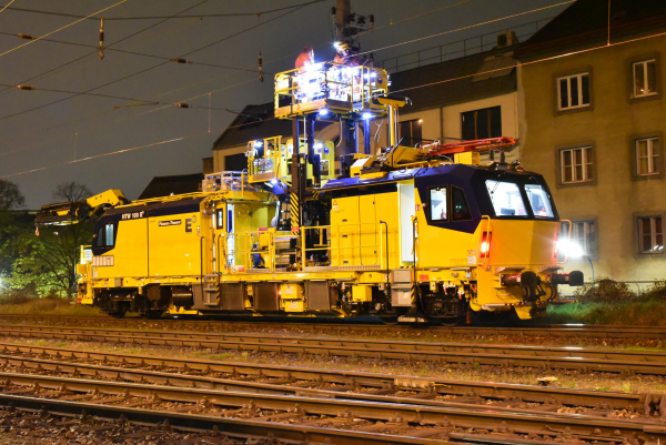 Often, the track maintenance work is carried out in densely built-up areas and takes place during the night or at weekends.