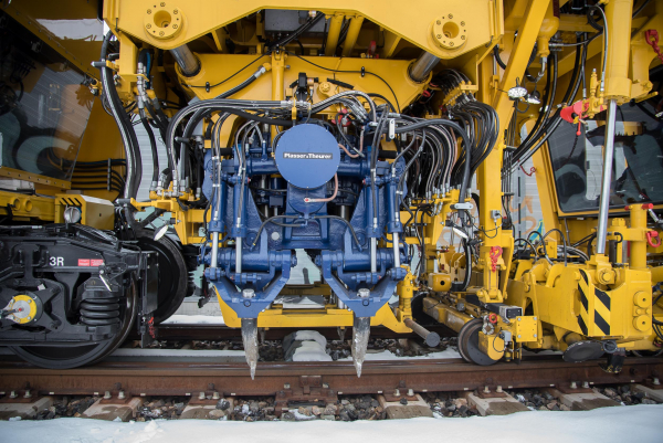 For the first time, the vibration shafts of the tamping units on the Unimat 09-4x4/4S E³ are electrically powered.