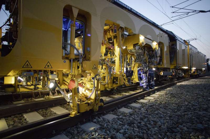 The all-electric tamping unit works not only silently, but also provides the power needed to produce the desired longitudinal level in all ballast conditions.