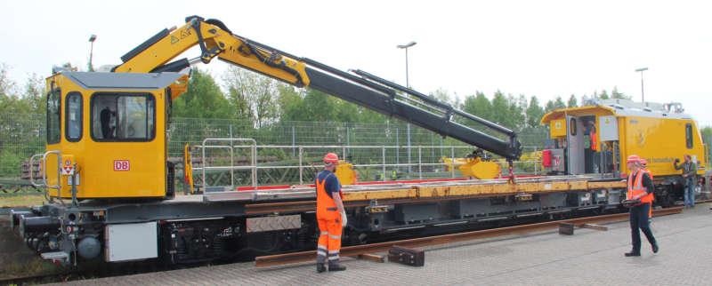 Seitlich am Hauptrahmen der GAF können auf hydraulisch beweglichen Konsolen bis zu 20 m lange Schienenstücke mitgeführt werden – profilfrei. © DB Netz AG