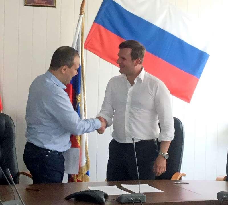 Johannes Max-Theurer und Generaldirektor Konstantin V. Danilov im Verhandlungssaal nach der Unterzeichnung des Abkommens