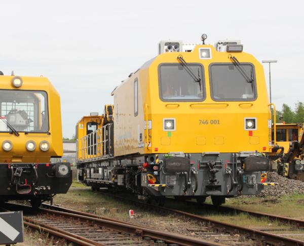 Das neue Gleisarbeitsfahrzeug von DB Netz (rechts) und sein Vorgänger (Baujahr 1996) © DB Netz AG