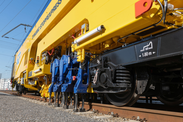 The machine combines the proven strengths of the continuous action plain line tamping machines and the flexibility of the turnout tamping machines.