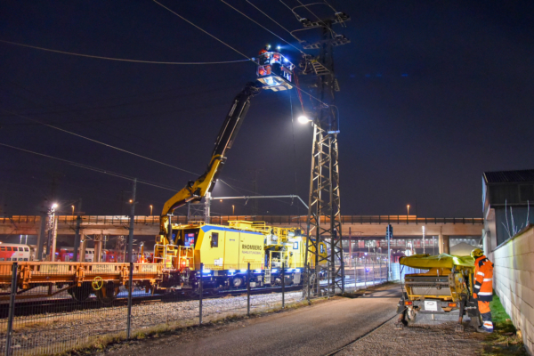Large working heights without supports and short setup times make the MTW 100 the number one all-rounder for work on the overhead line.