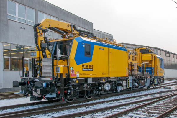 The highly powerful crane of the new MTW 100 for RPS can achieve a working range of approximately 22.5 metres above the track.