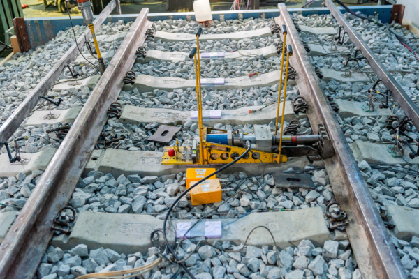 Repeated measurements of the lateral track resistance are part of the series of tests.
